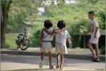 Zwei Mädchen Arm in Arm, Phimai, Thailand (1994)